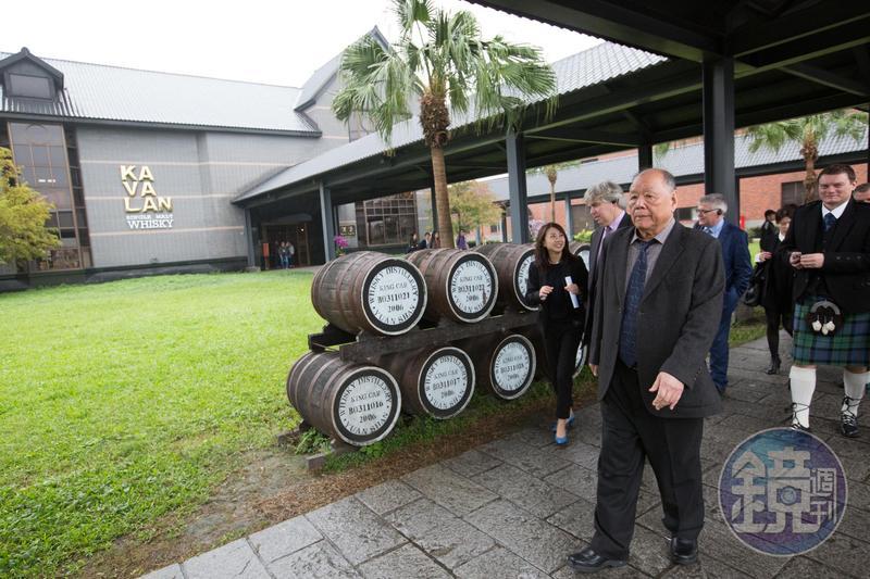 金車董事長李添財(前)大膽做釀酒夢,旗下噶瑪蘭威士忌近年在國際賽事大放異彩。