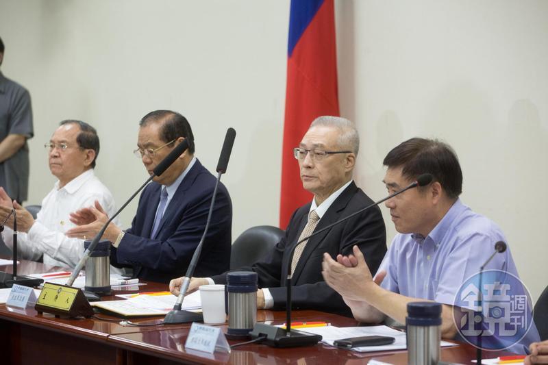 現任國民黨主席吳敦義(右2)在2008年擔任祕書長時,就曾質疑中影交易案有問題,當時還上簽給黨主席吳伯雄。