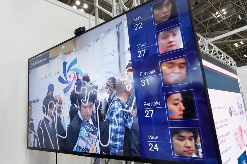 日本東京今年四月的AI博覽會,面部辨識系統在大螢幕顯示訪客的臉孔與年齡。(東方IC)