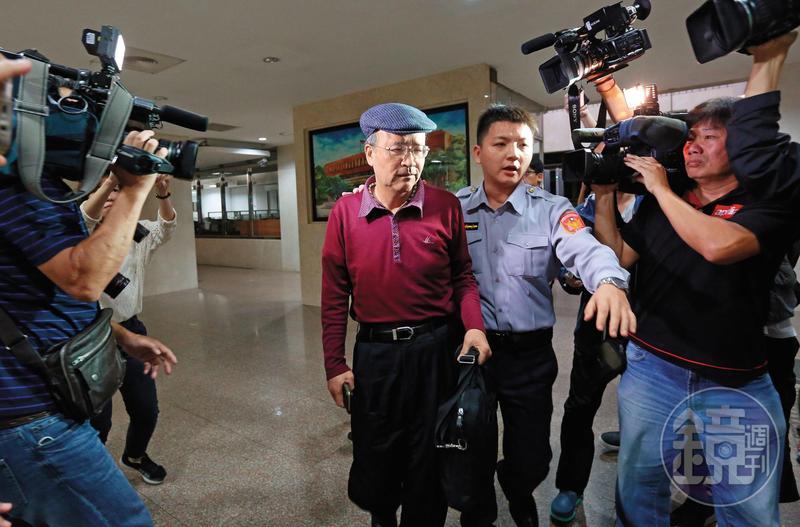 中投前總經理汪海清(紅衣者)為了自保,在交易過程錄音,北檢搜出300片錄音光碟,成為馬英九犯罪的關鍵鐵證。