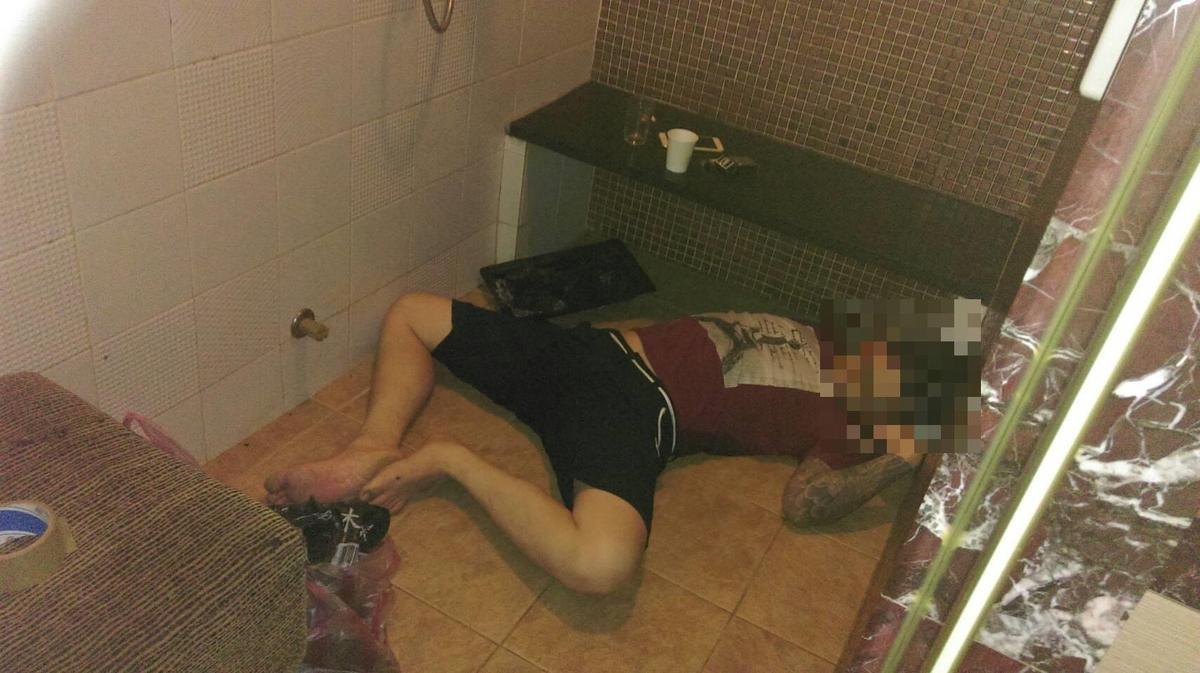 謝男倒臥浴室內。(警方提供)