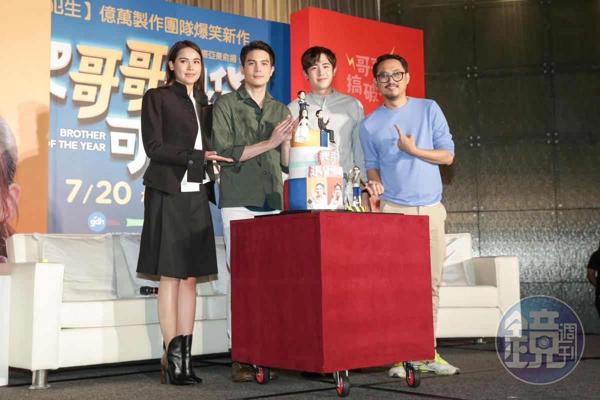 片商送上有主角及導演造型的翻糖蛋糕,尼坤對此超有興趣,頻頻探頭欣賞。