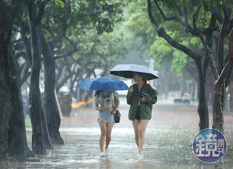 台北市政府於日晚間十點宣布(11)日上班上課。