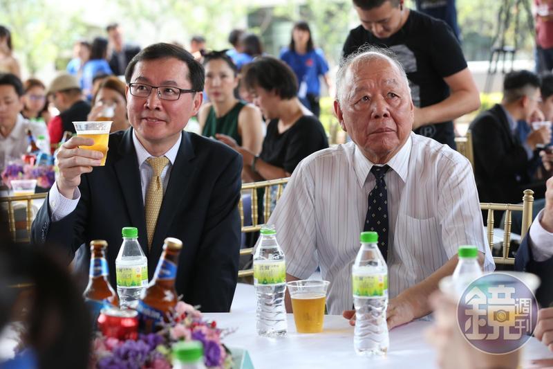 金車董事長李添財(右)與總經理李玉鼎(左)皆有釀酒夢,上月推出全新品牌柏克金啤酒。