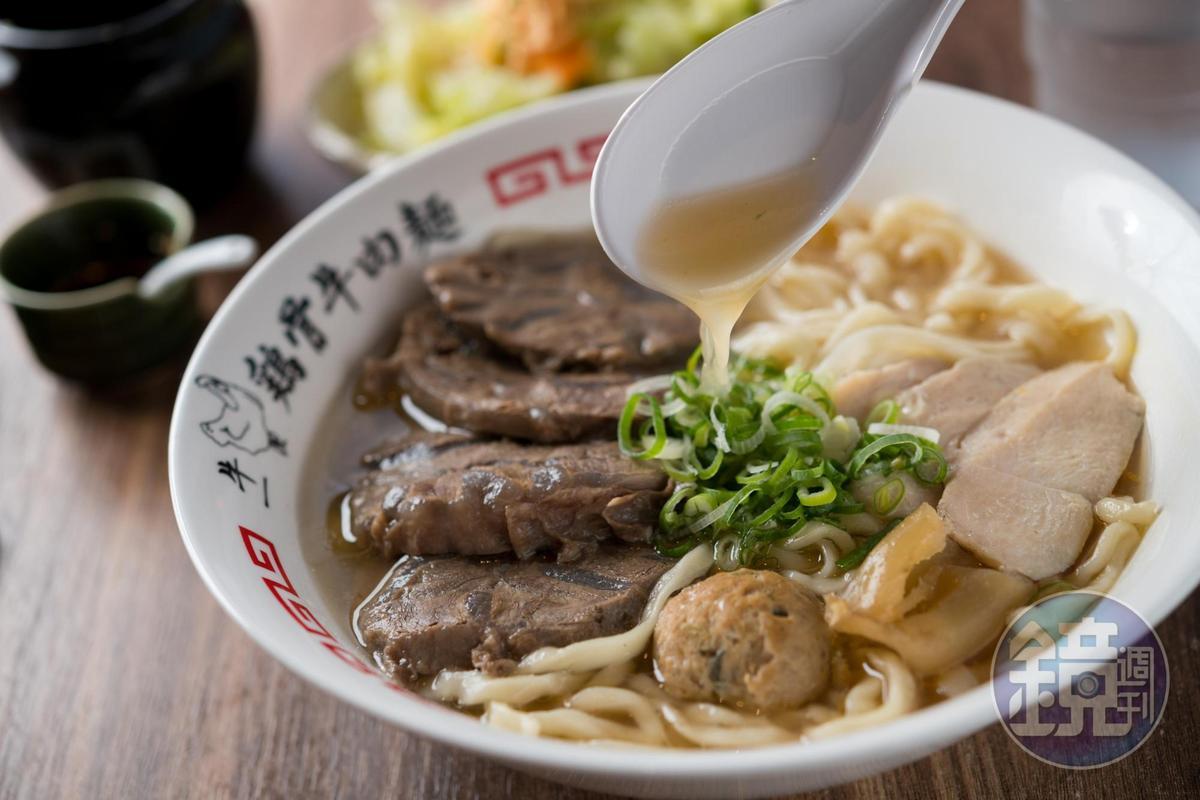 「淡麗系清燉雞骨牛肉麵」有高飽和度的甜度,湯汁會黏嘴。(240元/碗)