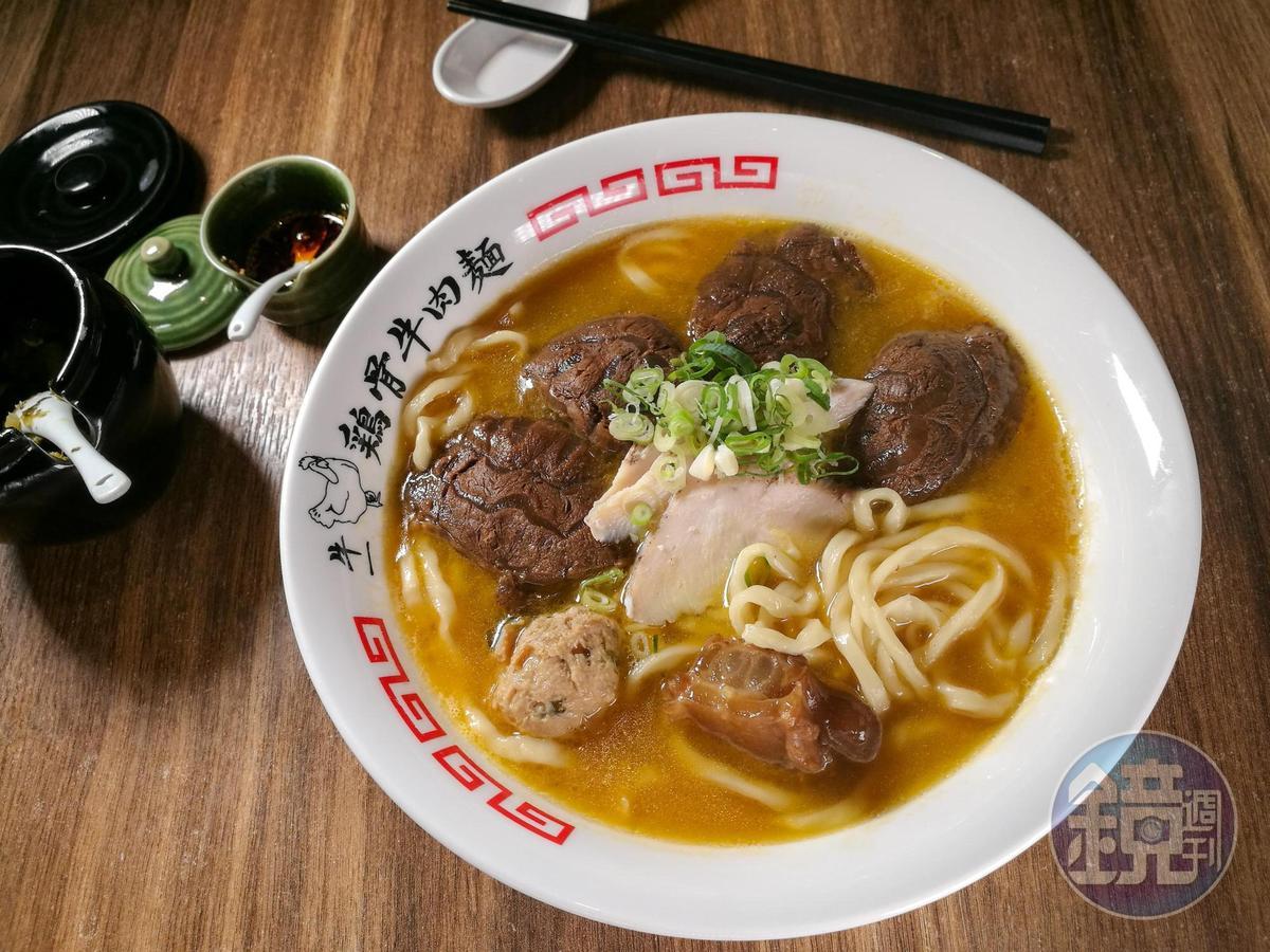 「濃郁系紅燒雞骨牛肉麵」多了甘草、花椒及八角的辛香味,與有厚度的牛肉很相襯。(250元/碗)