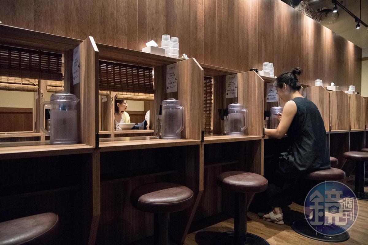 店內規劃有「味集中座位」,單人吃麵不被打擾,只要拉開隔板,俩人同行也能並肩用餐。