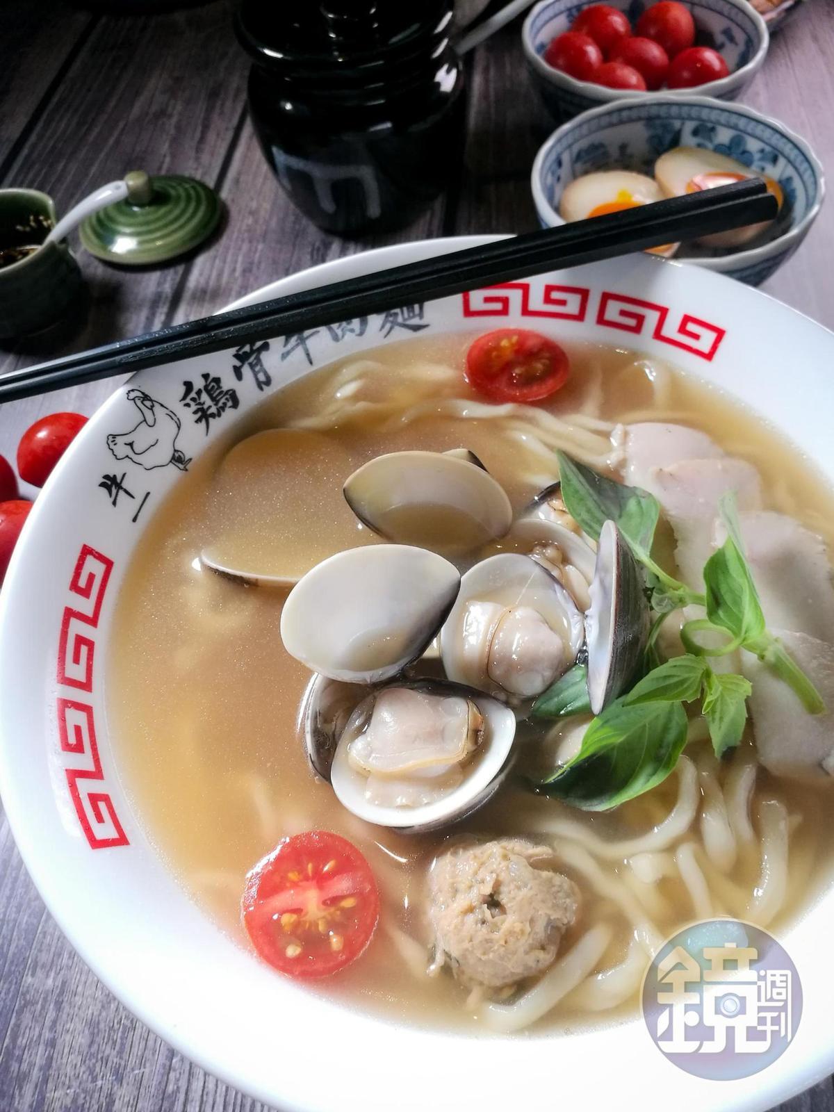 雞骨湯融合海鮮甜味的「淡麗系蕃茄雞肉蛤蜊麵」。(220元/碗)
