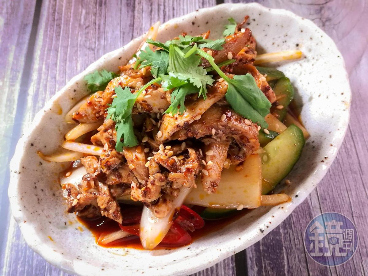 搭配洋蔥、小黃瓜的「麻辣口水雞」,很適合為夏日開胃。(100元/份)
