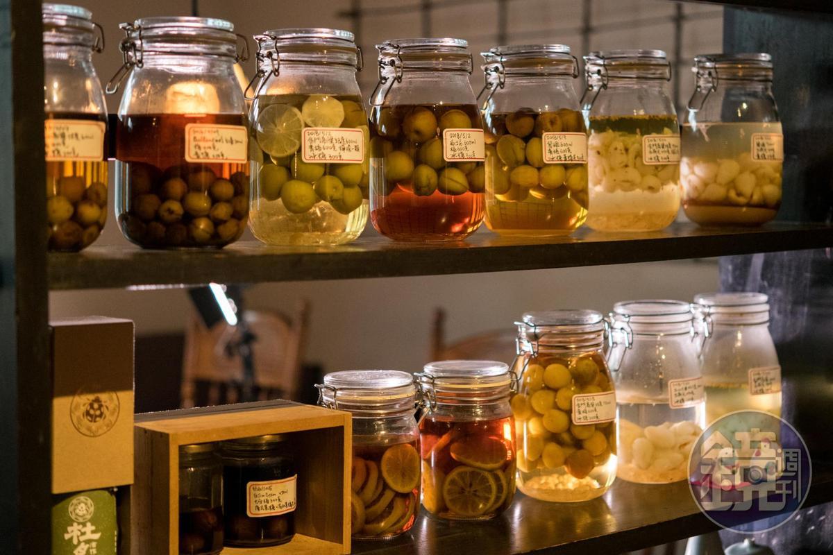 餐廳入口處有整排自釀果實酒,全是珍貴的家釀滋味。
