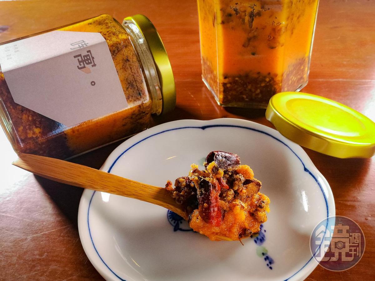 「時寓祕製辣牛油」牛脂濃郁,可外帶拌麵、煮蛋花湯。(200元/罐)。