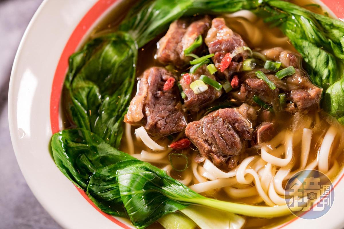 湯頭偏甜的「來金清燉牛肉麵」的牛腩,一口吃得到筋、肉、油花的口感。(220元/份)