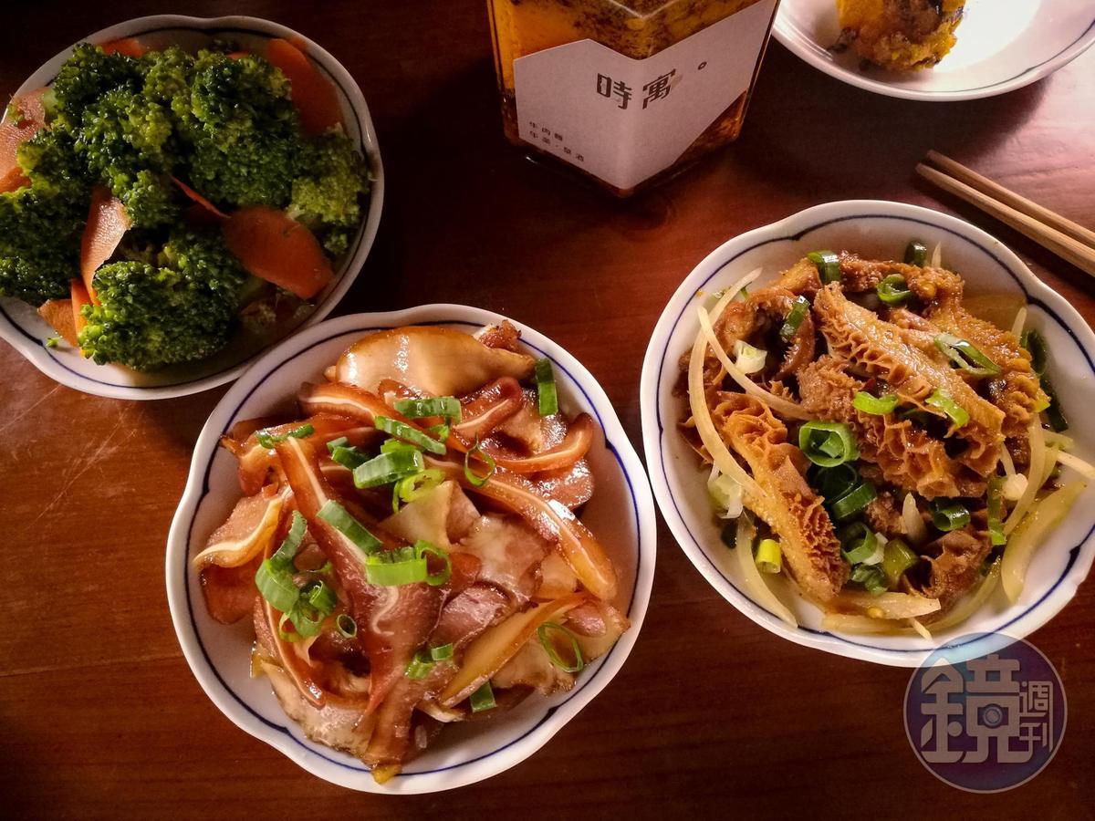「祕製牛肚」(100元/份)、「煙燻豬耳朵」(60元/份)及「花椰菜」(40元/份)(由右而左)是搭麵的小點,也是勾人想喝一杯的下酒菜。