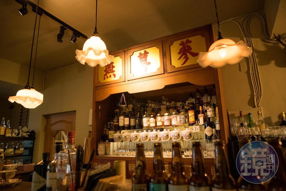 「時寓」搬來中藥櫃當成吧檯,這裡即使沒有提供調酒,但有主人張佩華很具個人偏好所選擇的精釀啤酒、台灣威士忌及珍貴的自釀梅酒、荔枝酒等。