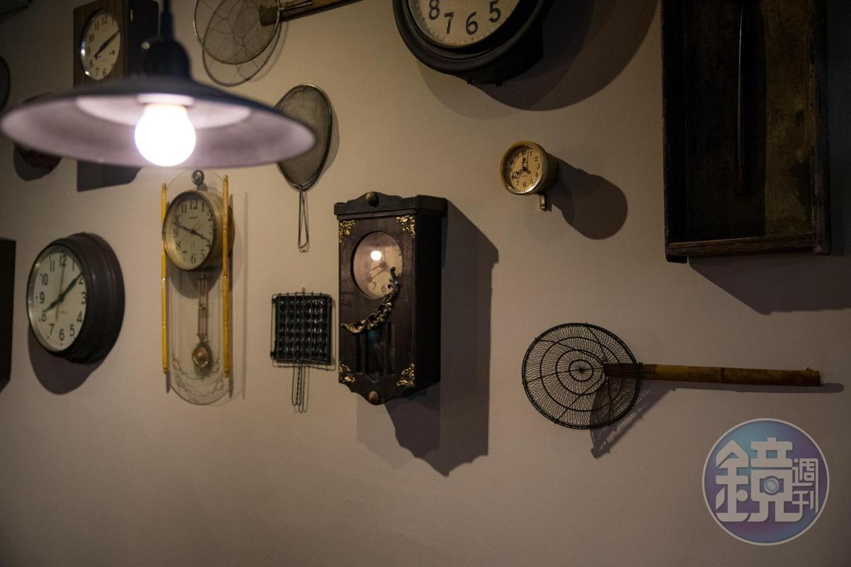 滿牆從各地蒐藏來的老時計,呼應店名「時寓」。