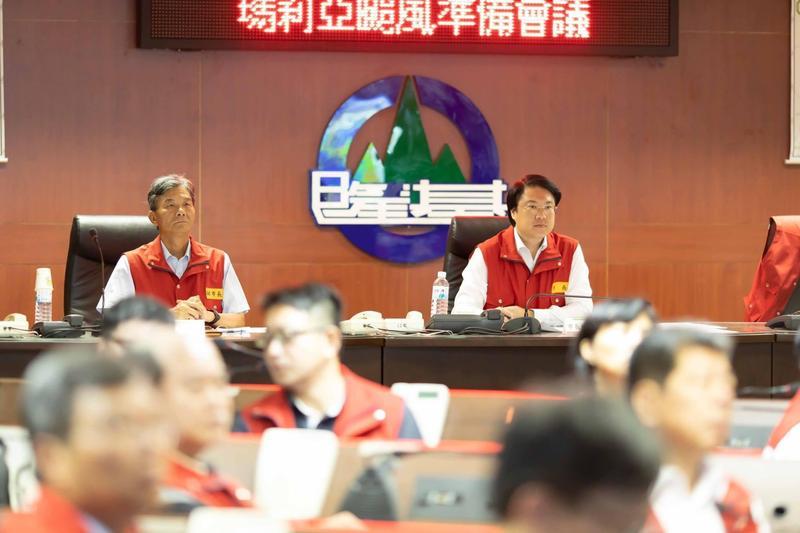 基隆市長林右昌今天在臉書大爆昨晚北北基協調颱風假決策過程。(翻攝自林右昌臉書)