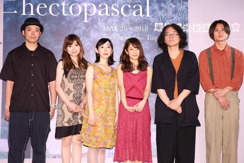 「hectopascal」樂團由大提琴手林田順平(左起)、小提琴手荒井桃子、主唱椎名琴音、鋼琴手桑原真子、吉他手岩井俊二與吉他手陽輔組成。