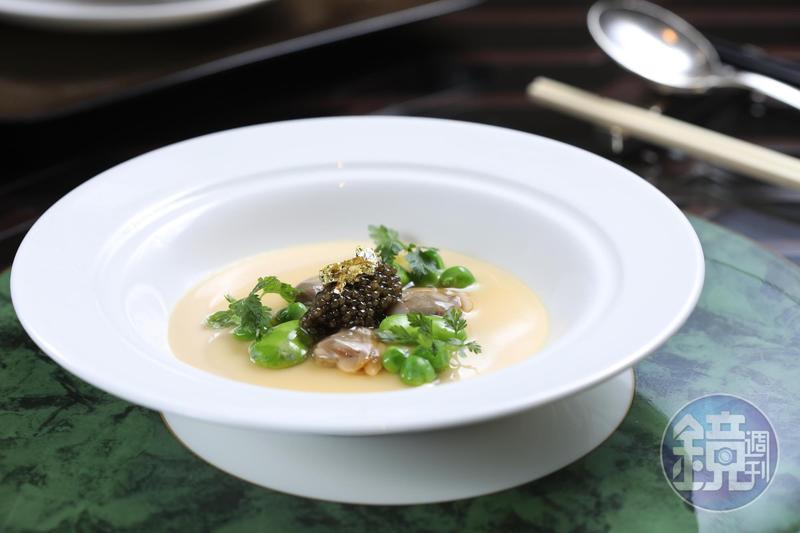 巴黎香宮主廚李森的拿手菜「魚子醬蠶豆蒸蛋」,以魚子醬的鹹味帶出當令蠶豆的甜美,蒸蛋則是完美的中介。(26歐元/位,約NT$915)