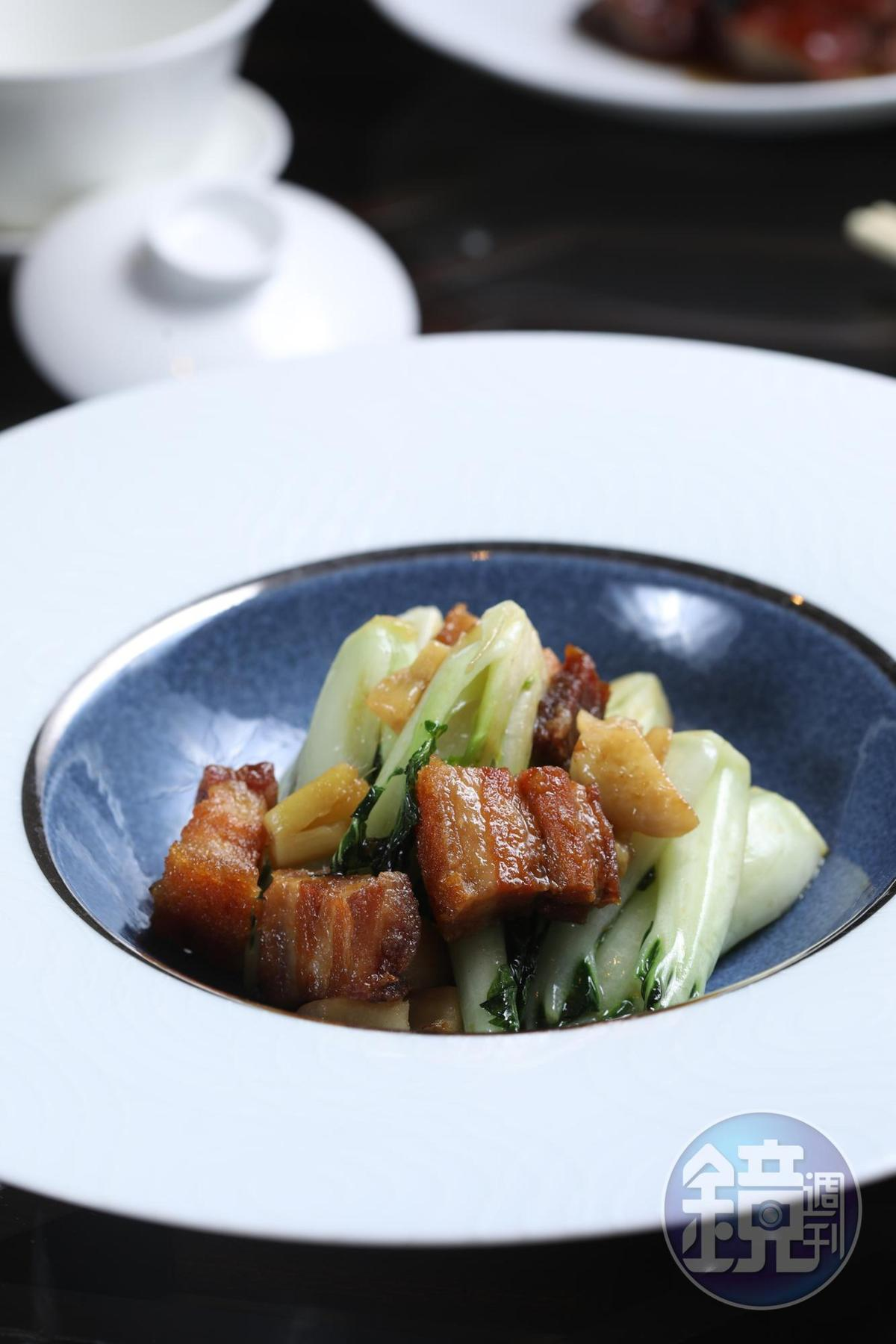 簡單的一道「拍蒜火腩生炒奶白菜」,鑊氣十足,很能看出掌杓者的功力。(28歐元/份,約NT$1,002)