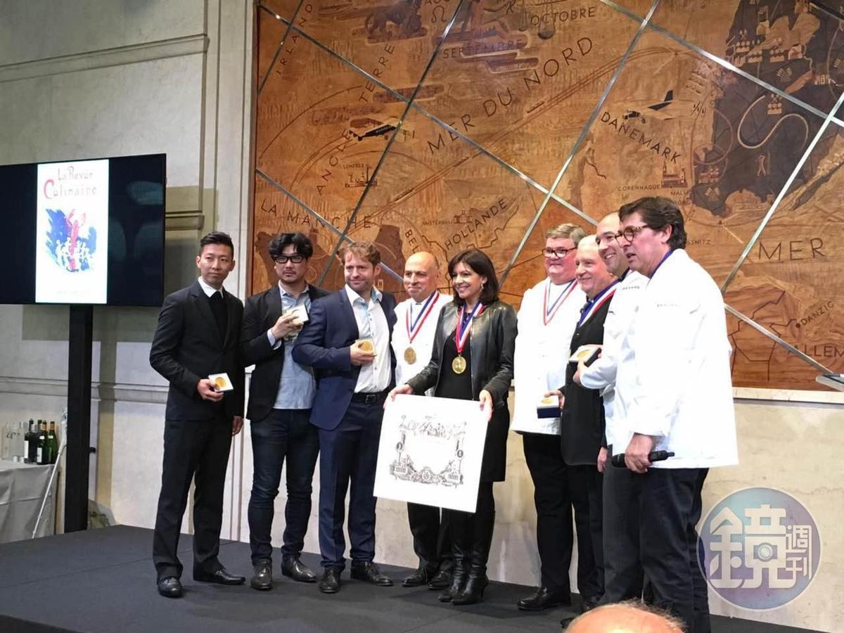 巴黎市長頒發餐飲業貢獻獎給台上的諸位大廚。