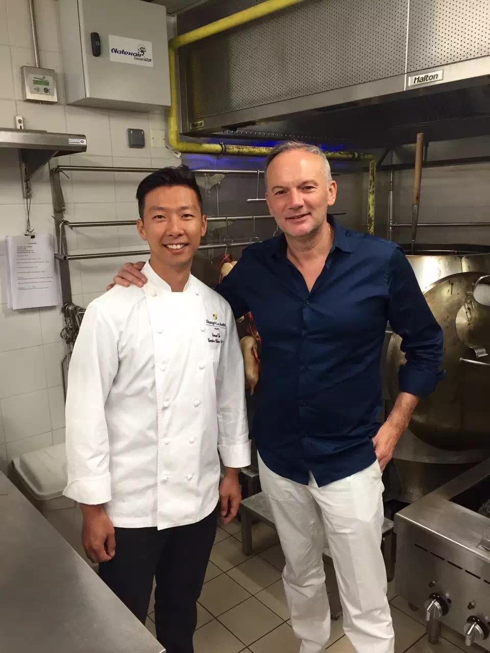 巴黎四季酒店的三星主廚Christian Le Squer還到廚房裡和李森合照。(李森提供)