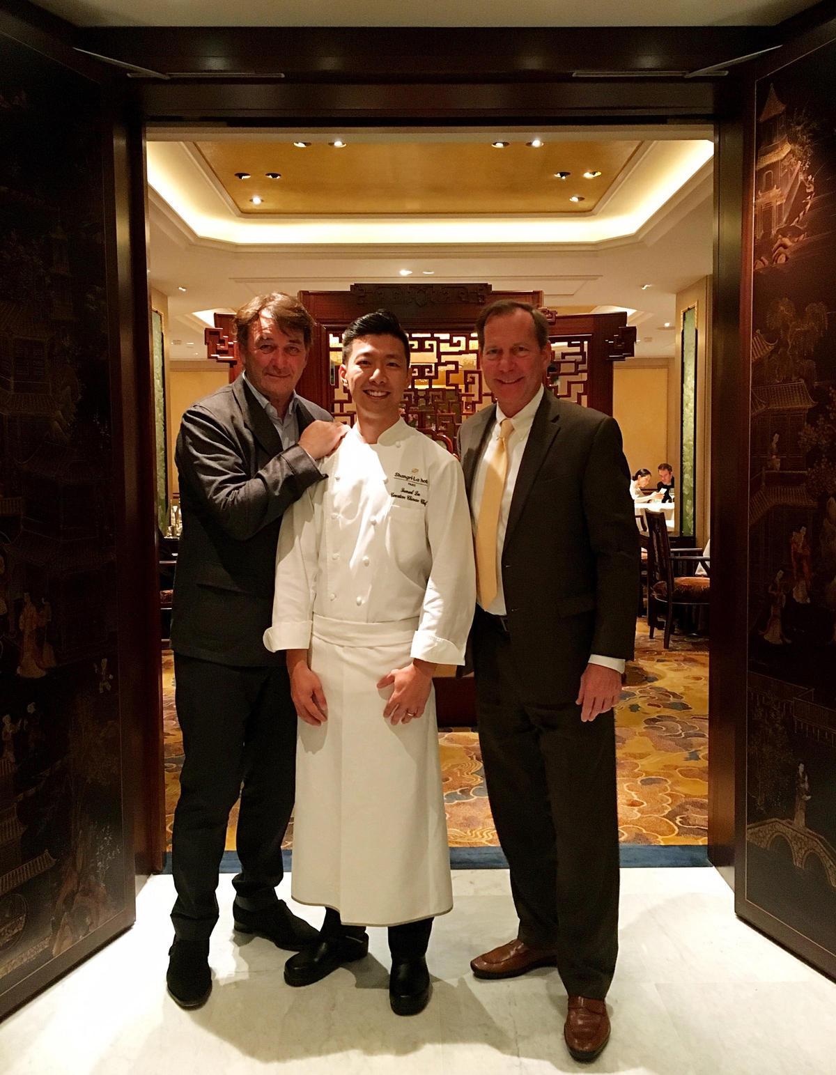 米其林指南的國際總監Michael Ellis與主廚Jean Pierre Vigato一起到香宮用餐。(李森提供)