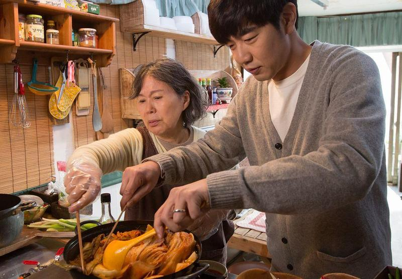 李鐘赫(右)與李珠實在《媽媽的人生食譜》飾演一對母子。(車庫電影提供)