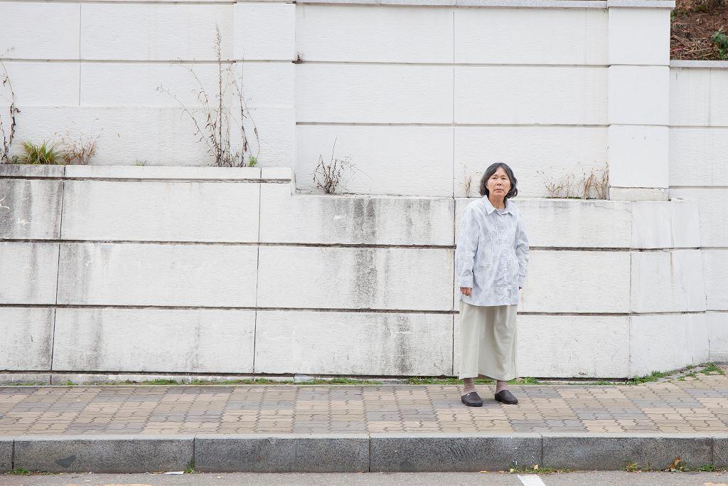 李珠實飾演獨自養大一雙兒女的母親,得了失智症後生活出現變化。(車庫電影提供)