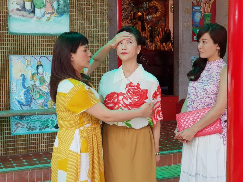 楊繡惠(中)與小甜甜(右)及邱琦雯有許多精彩有趣的對手戲。(民視提供)