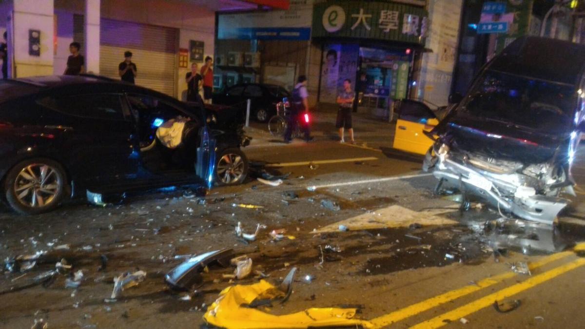 藍色自小客車因為酒駕逃逸,闖紅燈對撞廂型車,卻意外撞出廂型車駕駛為通緝犯身分。(警方提供)