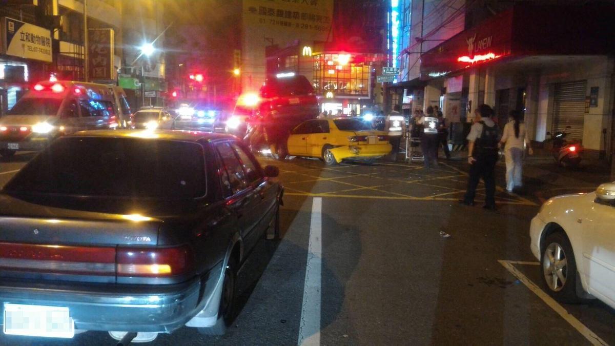 自小客車駕駛酒駕,在鳳山夜市鬧區闖紅燈撞3車,有3人受傷。(警方提供)