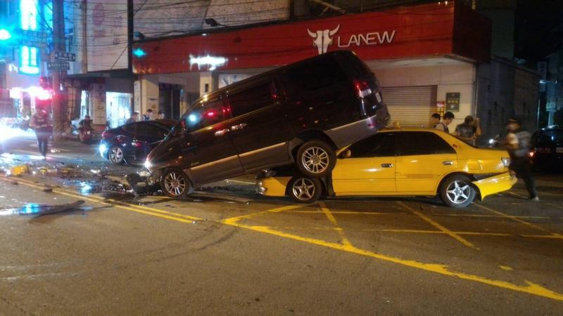 廂型車遭自小客車迎面對撞,被後方計程車推擠2輪懸空,畫面驚險。(警方提供)