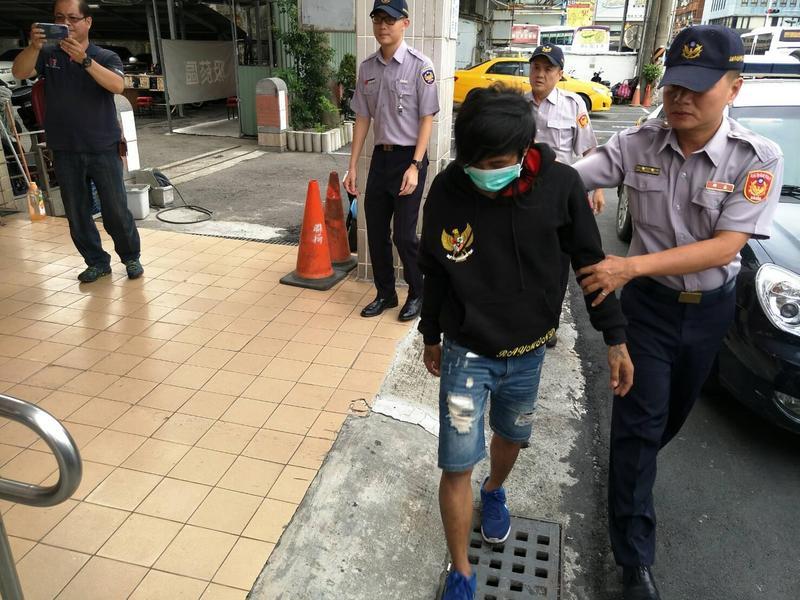警方逮捕前鎮漁港漁船外籍漁工,帶回偵訊。(警方提供)