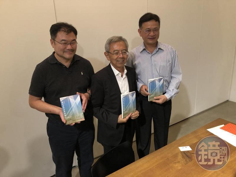 友達前副董事長陳炫彬(中)把他在美國滯留服刑2343天的日子與告白寫成書。