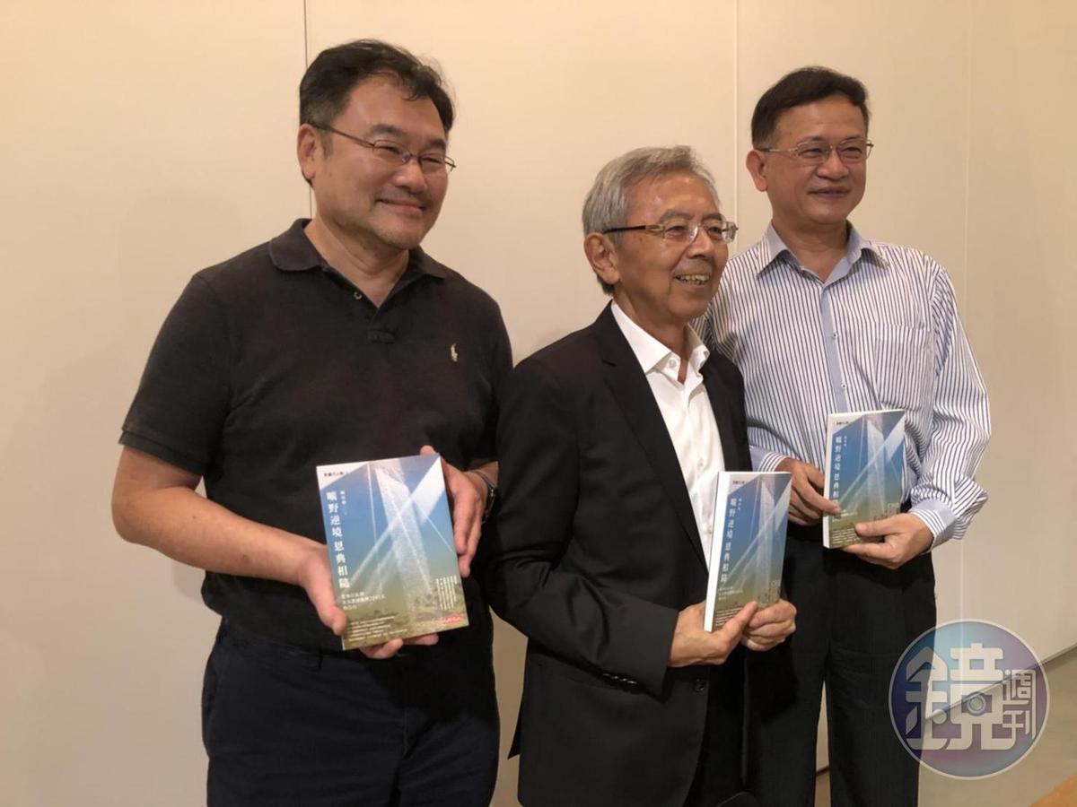陳炫彬(中)這場新書發表會,也讓友達的多位前高層齊聚一堂,包括跟他一起坐牢的友達前副總、現任八維智能董事長熊暉(左)。