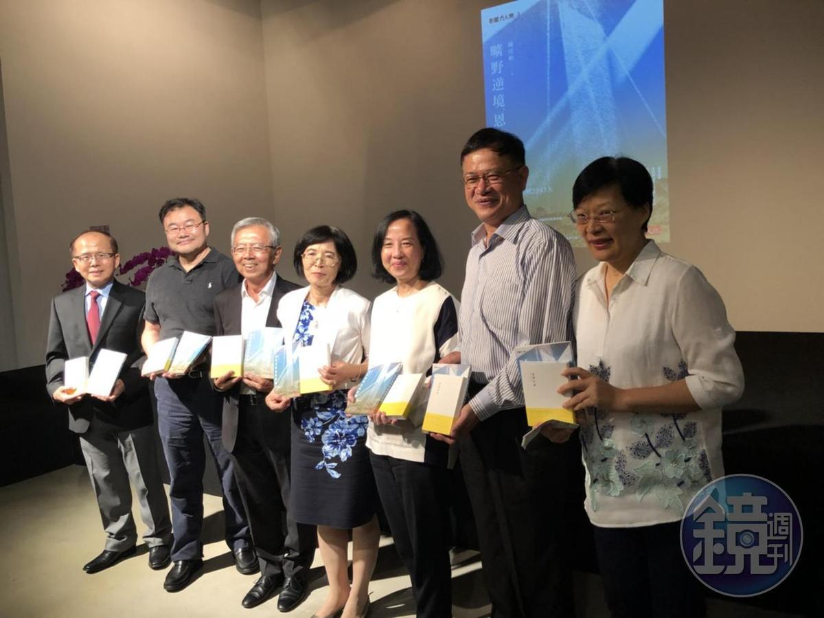 陳炫彬(左3)在新書發表會上感謝這6年半內家人、朋友、同事的幫忙。
