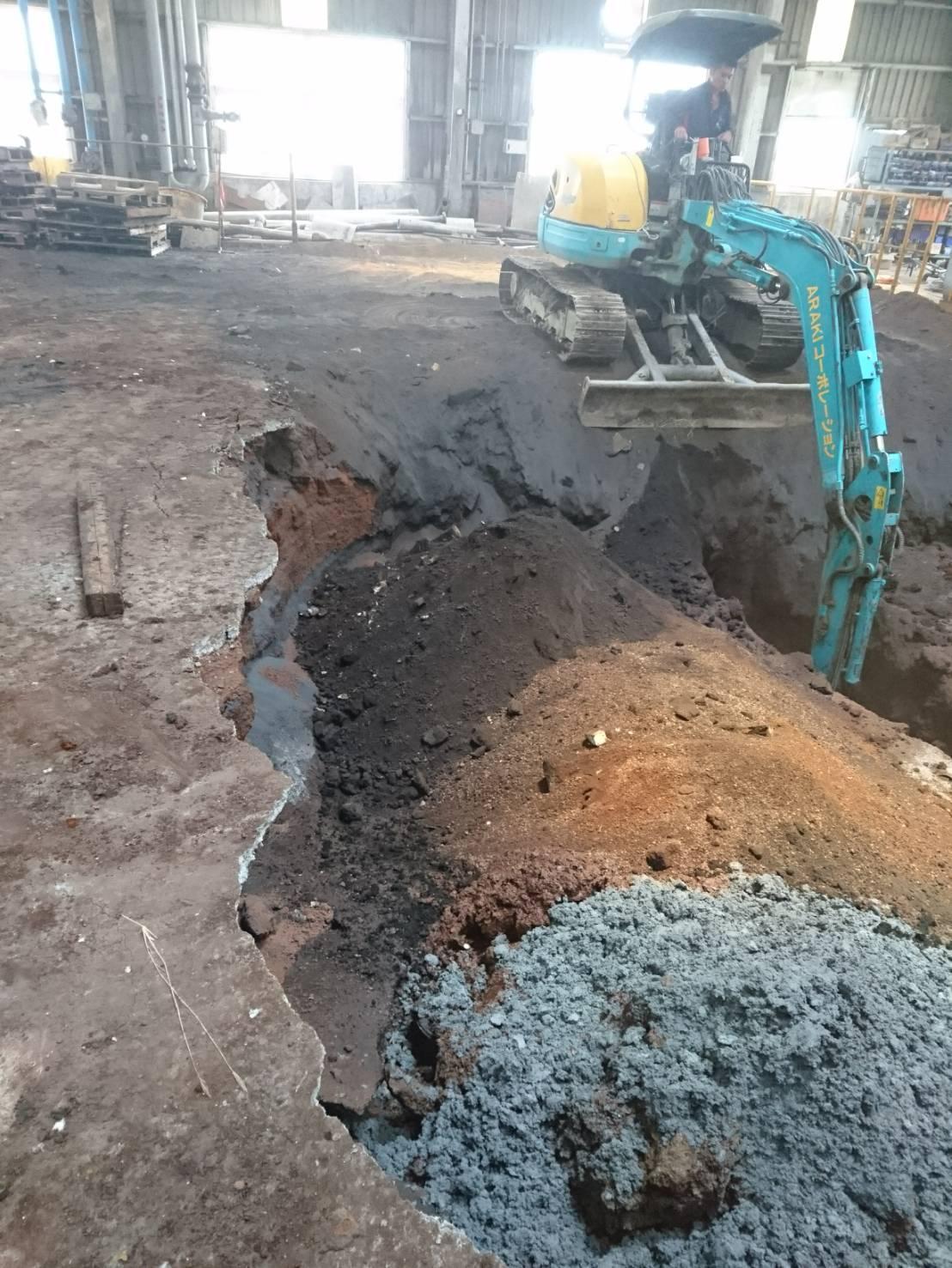 檢方請怪手開挖出土壤埋著有毒事業廢棄土。(檢警提供)