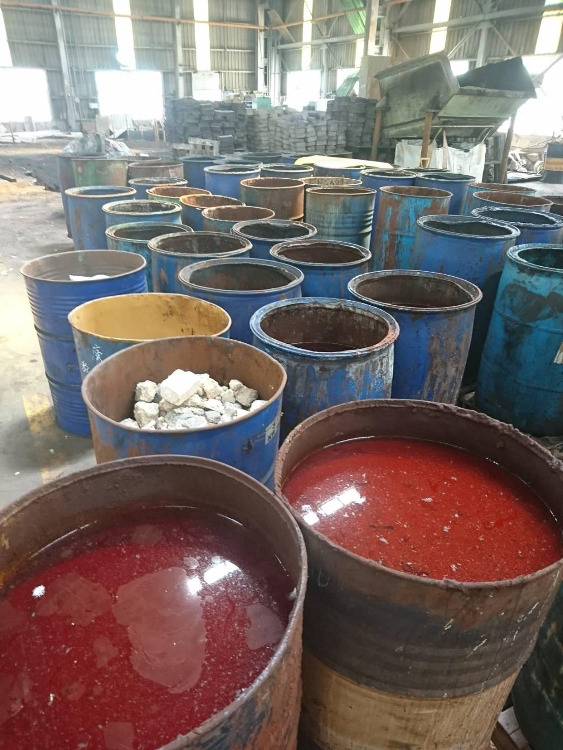 廢毒液擺在繡蝕鐵桶裡,存放在廠區裡令人擔憂。(檢警提供)