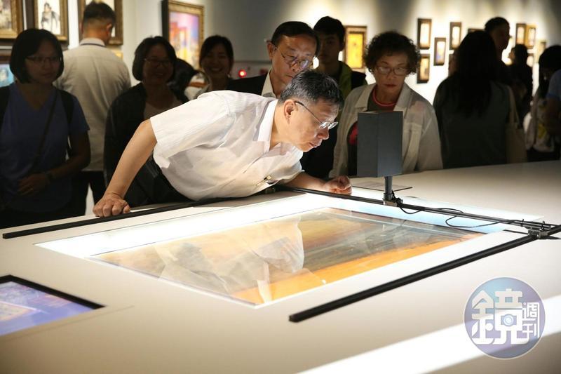 柯文哲參觀鄭問故宮大展,還會趴下來近看作品。