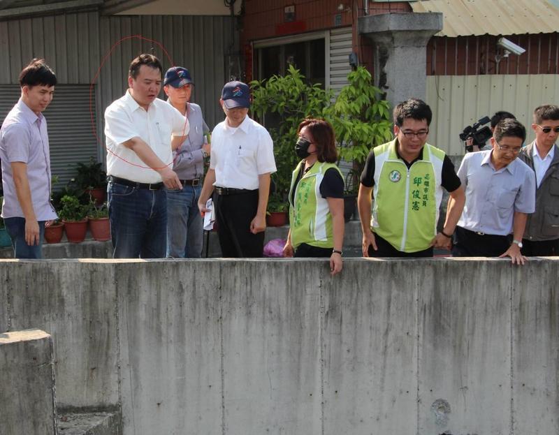高雄代理市長許立明10號視察大樹區防颱準備時,眼尖發現有不明泡沫,意外抓到偷排業者。(高市新聞局提供)