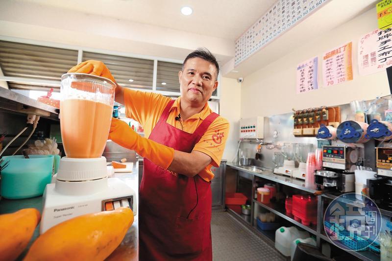 彰化木瓜牛乳大王創始店第二代盧信彰,從國小就幫忙父親賣冰,做生意至今已近半世紀。