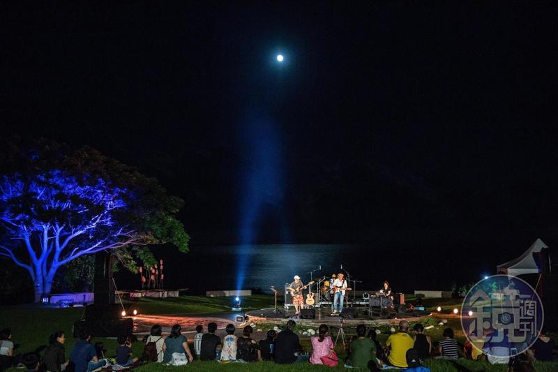 來自花蓮的湯姆與哈克,演唱時月光灑落海面。