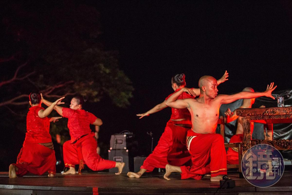 印尼南喬幫舞團,在夜色裡的舞蹈,將舞作的力道發揮到極美。