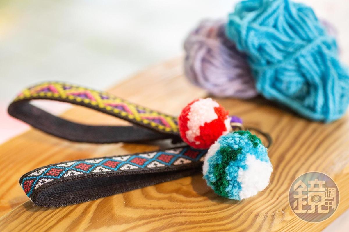 自製的阿美族毛球,可以成為可愛的吊飾。(體驗課程250元起/人)