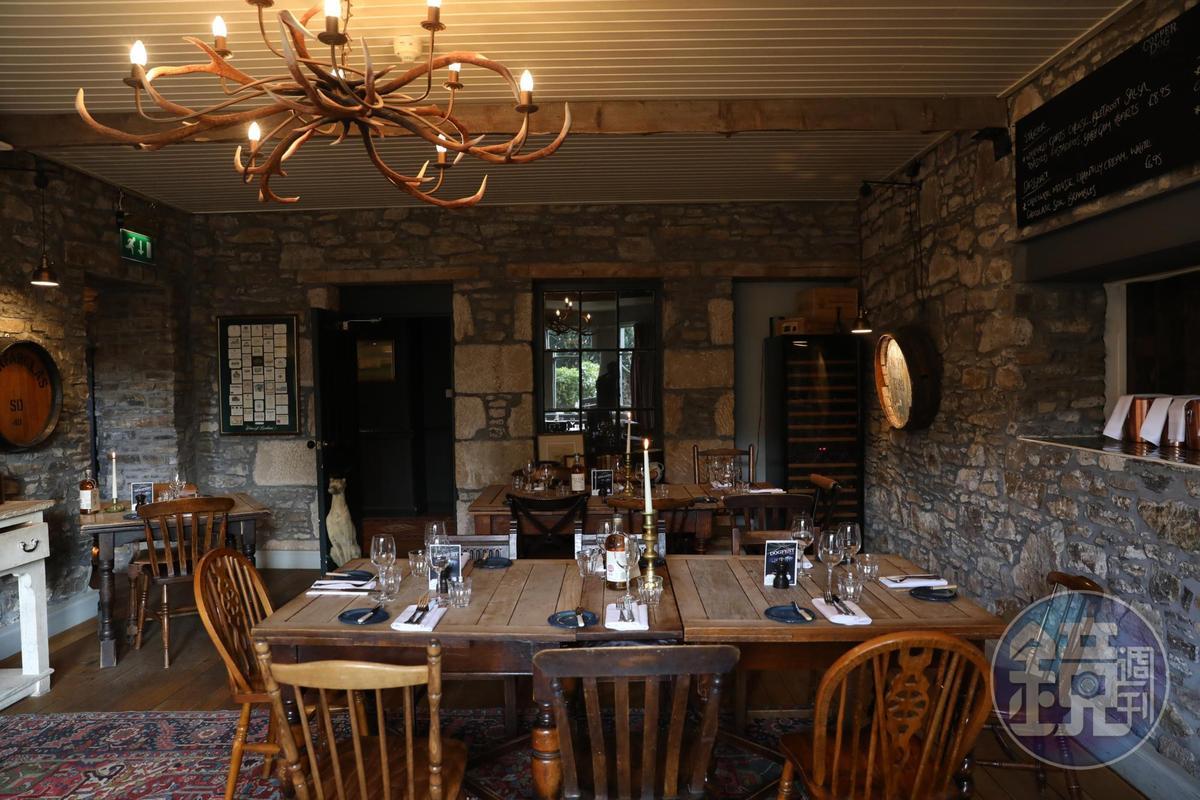 石牆與木頭組合成特別的鄉村風味。