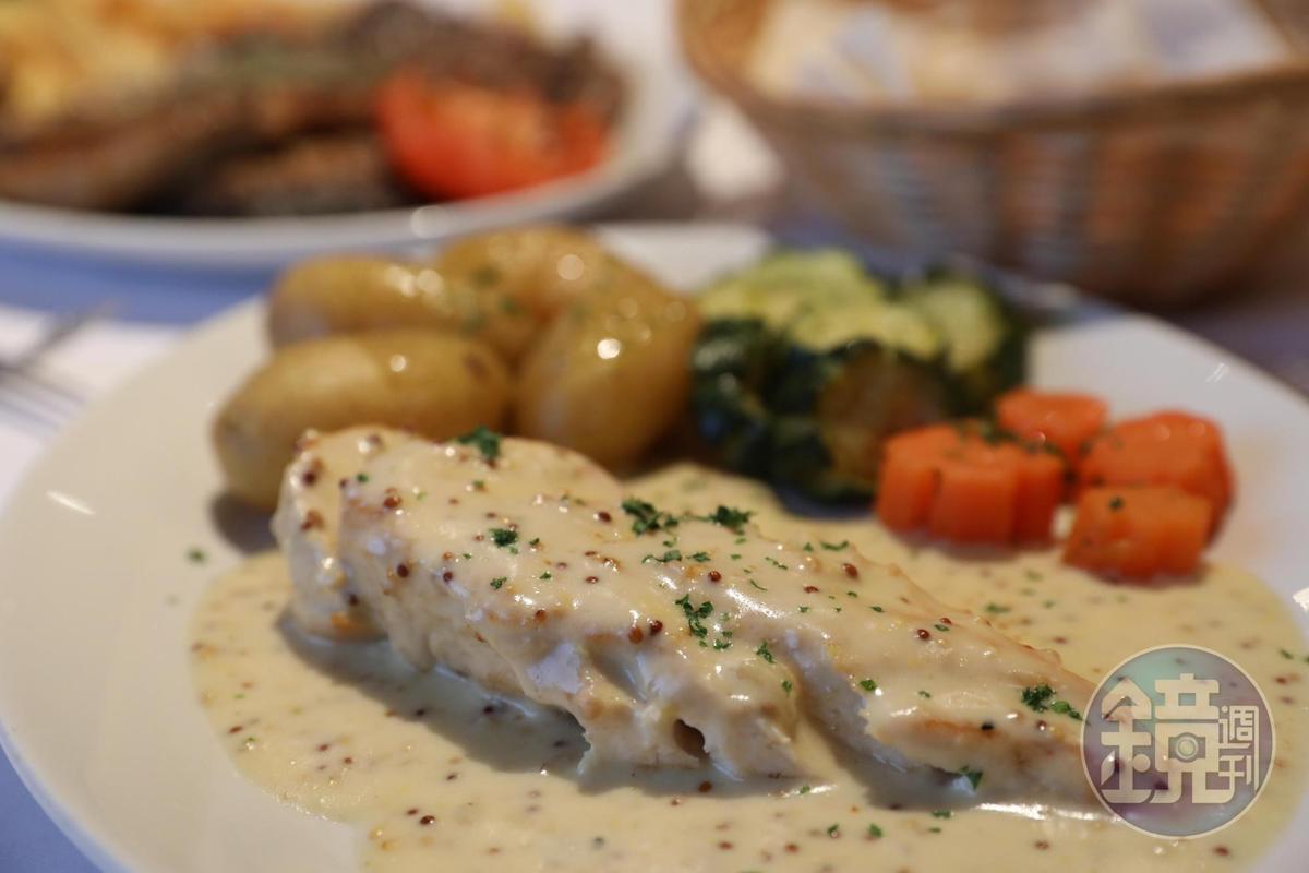 淋上白醬的雞排,口感柔嫩,滋味不差。(29英鎊/2道菜晚餐菜色,約NT$1,156)