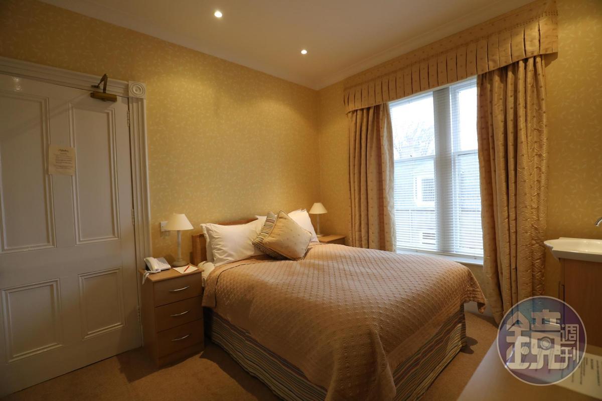 Archiestown Hotel的客房色調溫馨,設備齊全。