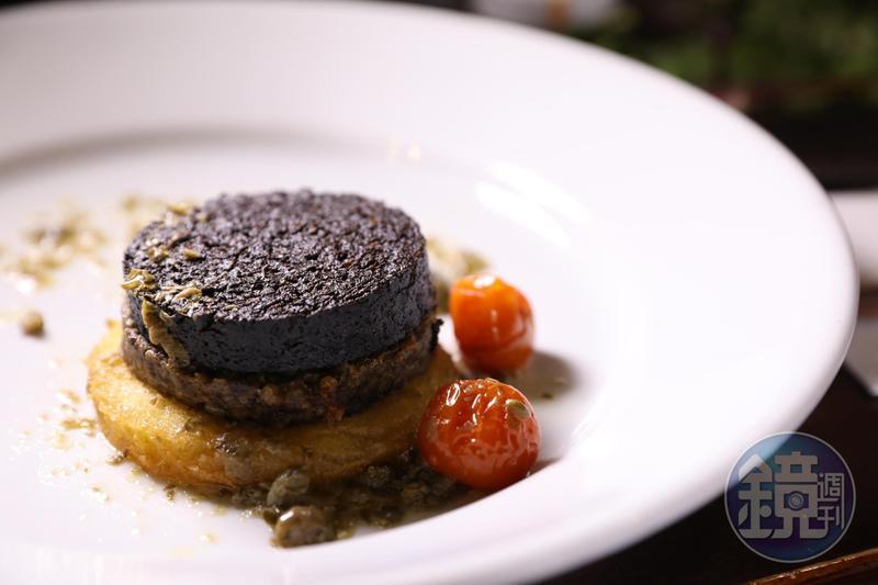 這道「高地與島嶼布丁」,由上而下是斯托諾韋黑布丁、斯貝賽的Haggis與麵包片,氣味跟豬血糕有點類似。(The Mash Tun,7英鎊/份,約NT$279)