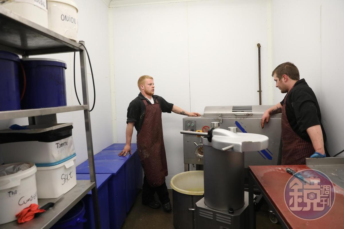 肉舖的廚房裡很乾淨,只有幾台大型攪拌機。