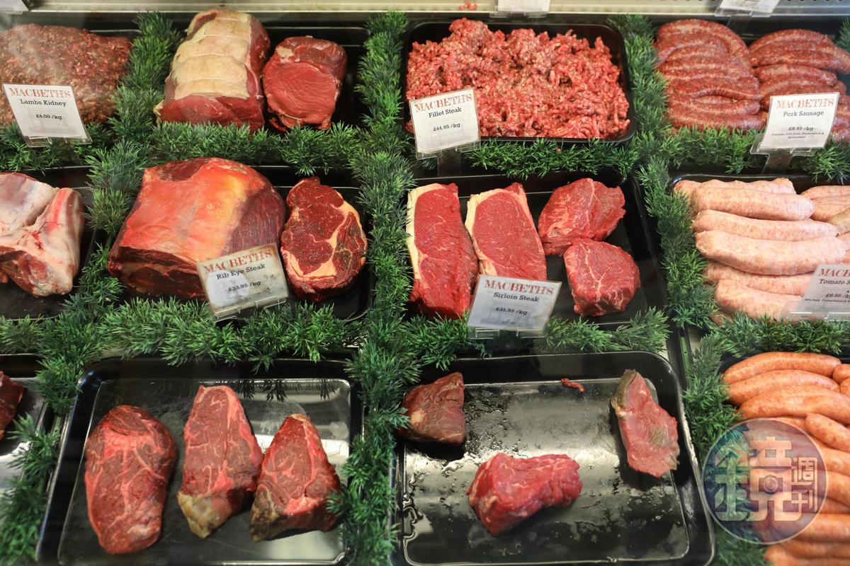 各種肉品在櫥窗裡一字排開,猶如精品般展示。